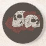 Diseño del cráneo del azúcar con los rosas posavasos personalizados