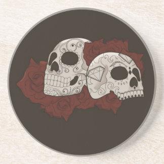 Diseño del cráneo del azúcar con los rosas posavasos diseño