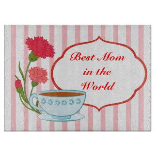 Diseño del día de madre con los claveles y la taza tablas para cortar