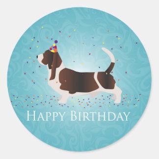 Diseño del feliz cumpleaños de Basset Hound Pegatina Redonda