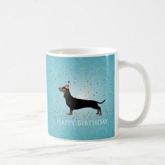 Diseño del feliz cumpleaños del Dachshund Taza Clásica