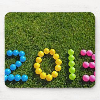 Diseño del impulso del Año Nuevo en hierba Tapetes De Ratón