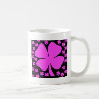 Diseño del irlandés del trébol de la hoja del rosa tazas de café