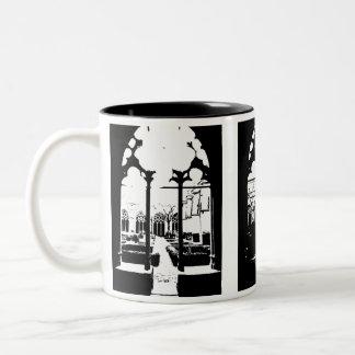 Diseño del jardín de la iglesia en blanco y negro taza dos tonos