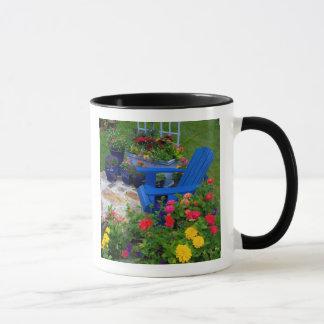 Diseño del jardín del envase con la silla azul en taza