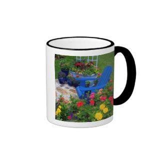 Diseño del jardín del envase con la silla azul en  taza a dos colores