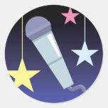 diseño del micrófono y de las estrellas del cantan etiqueta redonda