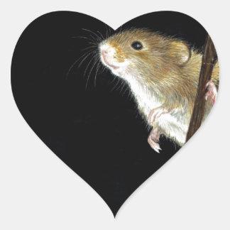 Diseño del ratón de campo pegatina en forma de corazón