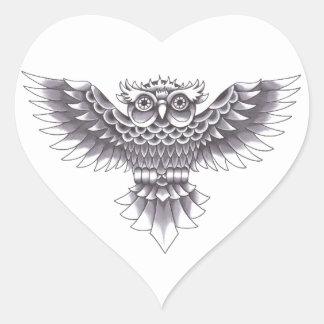 Diseño del tatuaje del búho de la escuela vieja pegatina en forma de corazón