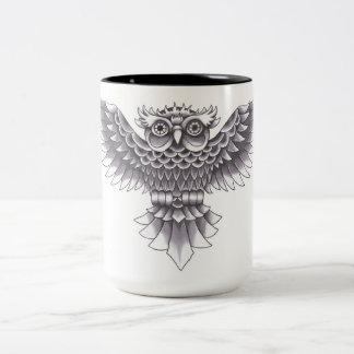 Diseño del tatuaje del búho de la escuela vieja taza de dos tonos