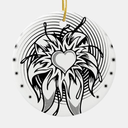 Diseño del tatuaje del corazón de la flor con un adorno redondo de cerámica