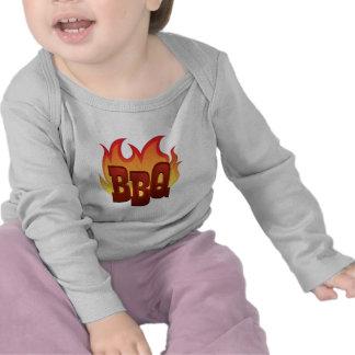 diseño del texto de la llama del Bbq Camisetas