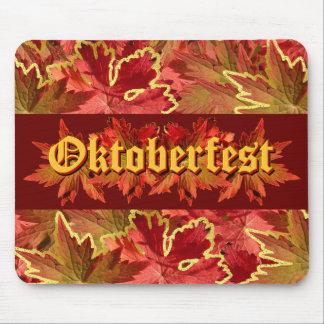 Diseño del texto de Oktoberfest con las hojas de o Alfombrilla De Ratones