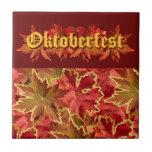 Diseño del texto de Oktoberfest con las hojas de o Azulejo