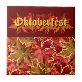 Diseño del texto de Oktoberfest con las hojas de o Azulejo Cuadrado Pequeño