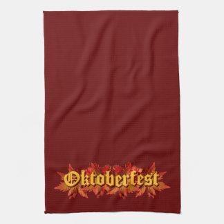 Diseño del texto de Oktoberfest con las hojas de o Toalla De Mano