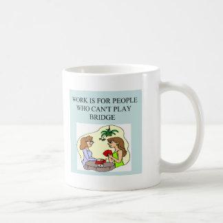 diseño divertido del chiste del jugador de puente taza clásica