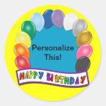 Diseño en blanco del cumpleaños pegatina redonda
