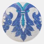 Diseño estilizado azul y blanco de la teja del pegatina redonda