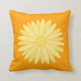 Diseño floral anaranjado y amarillo almohadas