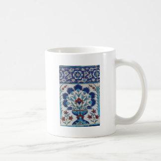 Diseño floral azul y blanco de la teja de la era taza