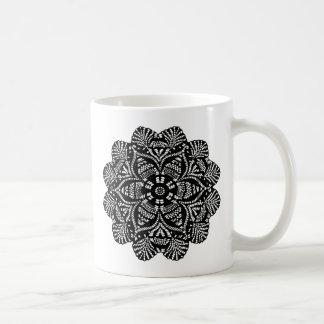 Diseño floral blanco y negro taza