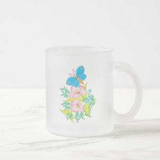diseño floral de la mariposa del verano taza de café esmerilada