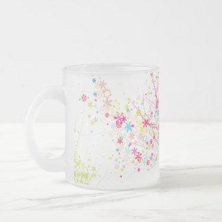 Diseño floral de los remolinos taza cristal mate