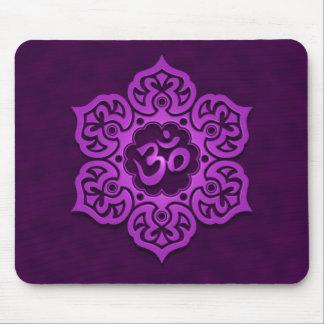 Diseño floral del ohmio (púrpura) mousepads