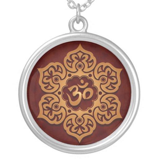 Diseño floral del ohmio (rojo de oro) grimpola personalizada