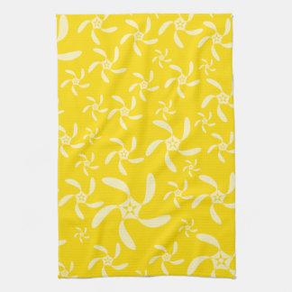 Diseño floral del verano. Amarillo soleado Toalla