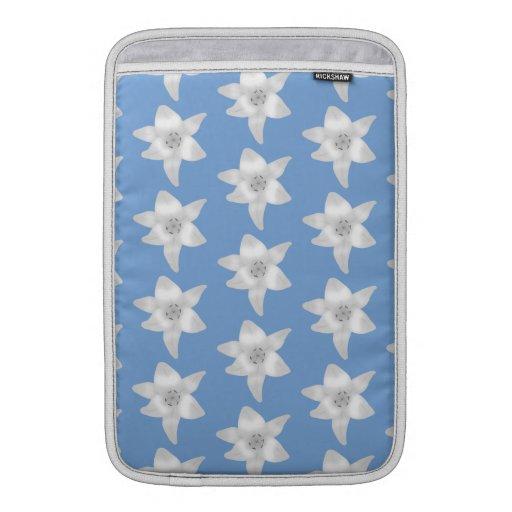 Diseño floral elegante. Flores del lirio blanco en Fundas Para Macbook Air