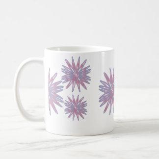 Diseño floral en azul claro y rosas en un modelo taza clásica