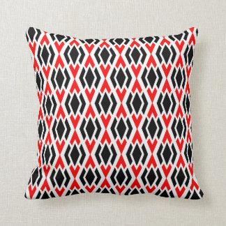Diseño geométrico del negro, blanco y rojo del cojines