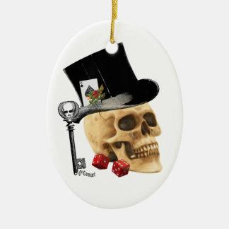 Diseño gótico del tatuaje del cráneo del jugador adorno navideño ovalado de cerámica
