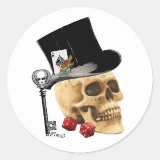 Diseño gótico del tatuaje del cráneo del jugador pegatina redonda