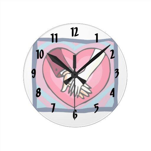 diseño gráfico del amor del corazón hembra-varón d reloj redondo mediano