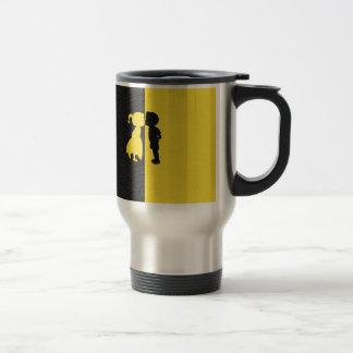 Diseño gráfico del beso de los pares de la foto taza de viaje