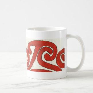 Diseño gráfico nativo en rojo taza