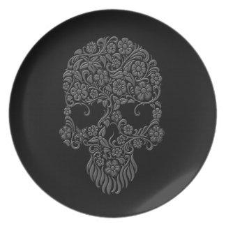 Diseño gris del cráneo de las flores y de las vide platos de comidas