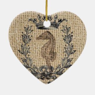 Diseño hermoso del seahorse en fondo de la adorno navideño de cerámica en forma de corazón