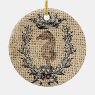 Diseño hermoso del seahorse en fondo de la adorno navideño redondo de cerámica