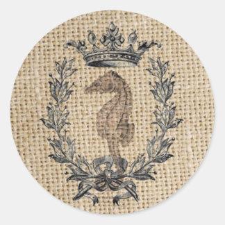 Diseño hermoso del seahorse en fondo de la pegatina redonda