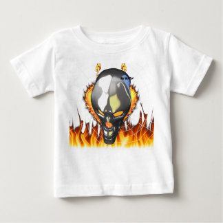 Diseño humano 2 del cráneo del cromo con el fuego remeras