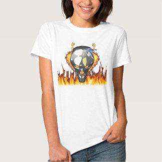 Diseño humano 3 del cráneo del cromo con el fuego remeras