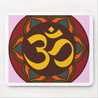 ¡Diseño interno de la paz del símbolo retro de OM! Tapete De Ratones