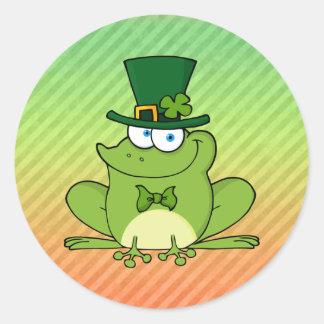 Diseño irlandés de la rana etiquetas redondas