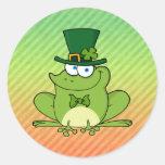 Diseño irlandés de la rana pegatina redonda