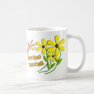 Diseño jubilado de las margaritas de la libélula d taza básica blanca