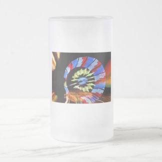 Diseño justo colorido del paseo, colores de neón e tazas de café